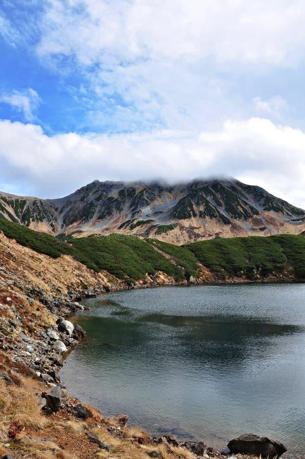Lago bonito com montanha Tateyama coberto pela nuvem em Murodo fotografia de stock