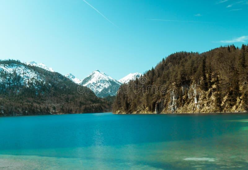 Lago bonito com uma montanha da neve imagens de stock
