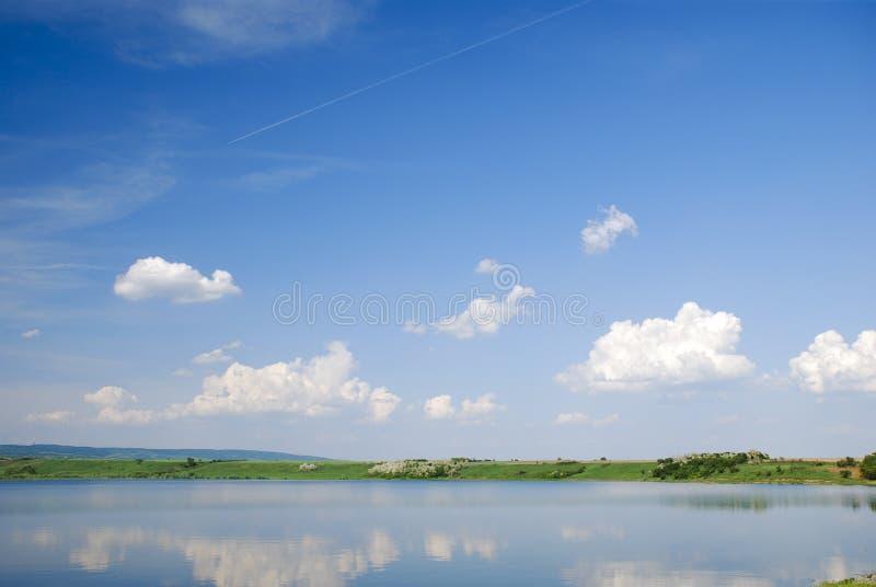 Lago bonito da água azul com reflexão do céu foto de stock