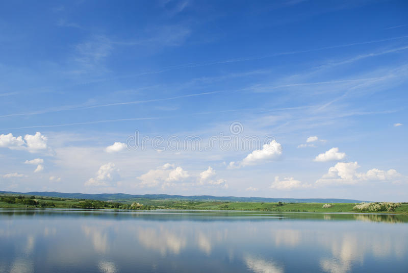 Lago bonito da água azul com reflexão do céu fotografia de stock royalty free