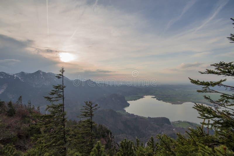 Lago bonito da montanha em cumes bávaros Alemanha fotos de stock