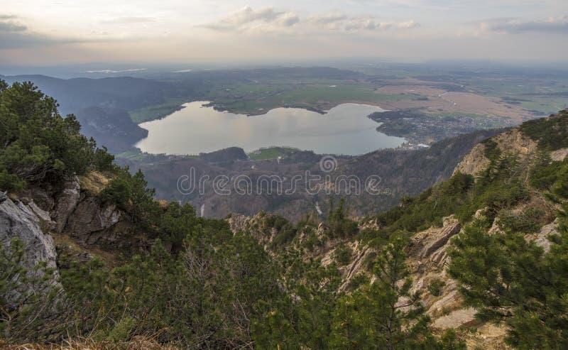 Lago bonito da montanha em cumes bávaros Alemanha imagem de stock