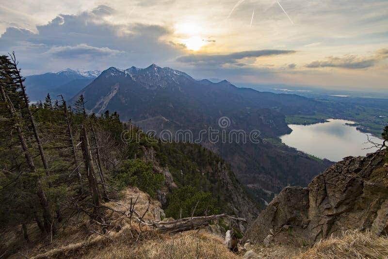 Lago bonito da montanha em cumes bávaros Alemanha fotos de stock royalty free