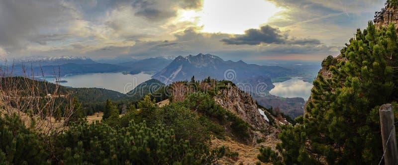 Lago bonito da montanha em cumes bávaros Alemanha imagens de stock