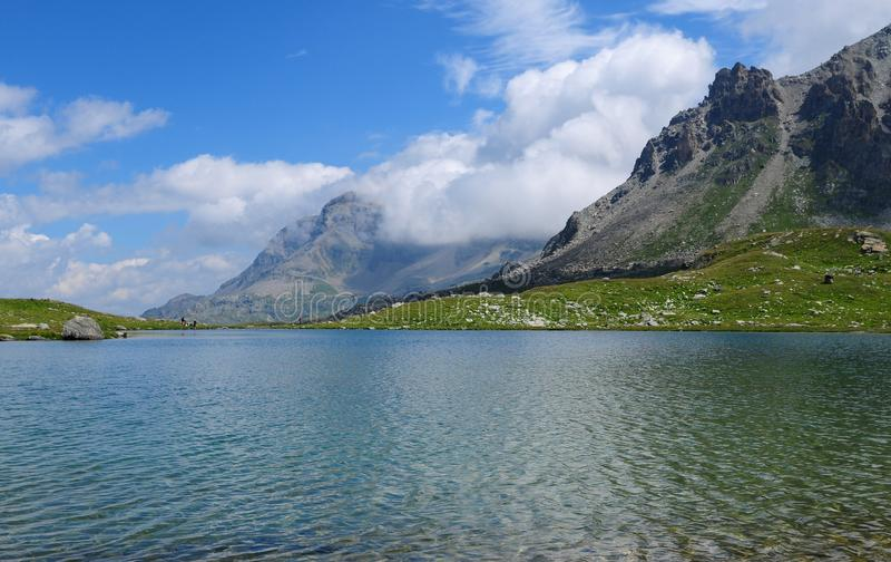 Lago bonito da montanha em Furtschella nos cumes suíços imagem de stock royalty free