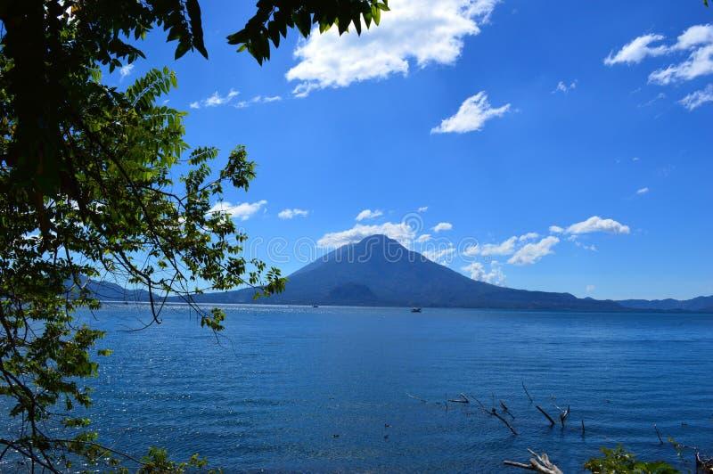 Lago bonito do ¡ n de Atitlà fotos de stock royalty free