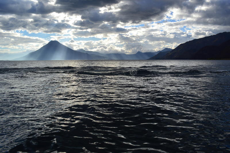 Lago bonito do ¡ n de Atitlà foto de stock royalty free