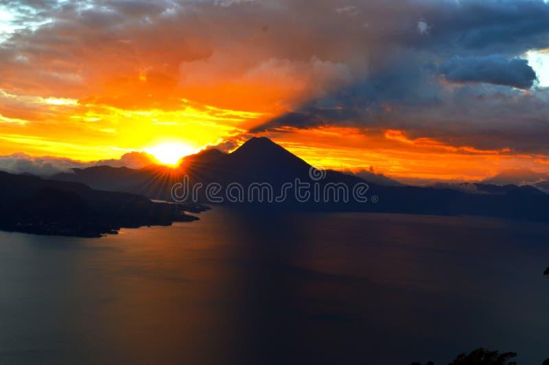 Lago bonito do ¡ n de Atitlà fotos de stock