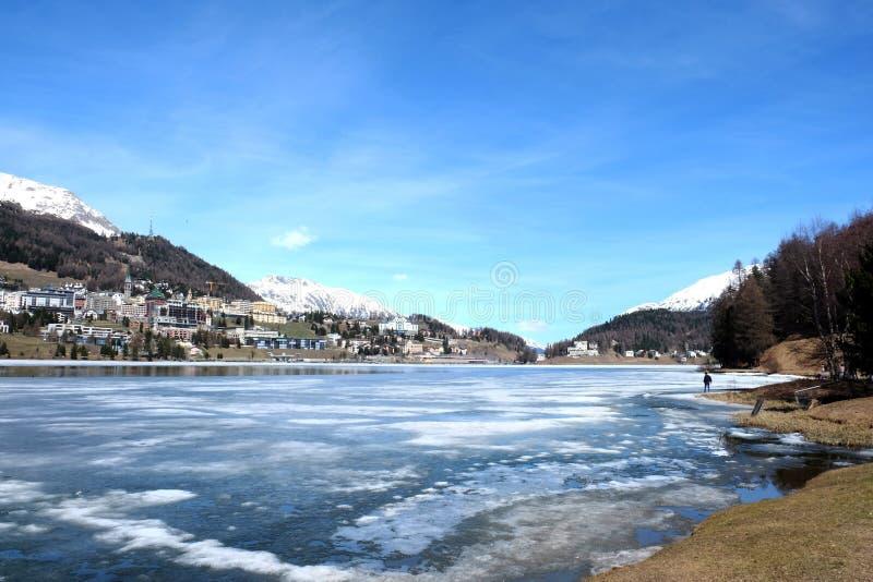 Lago bonito e céu azul fotografia de stock
