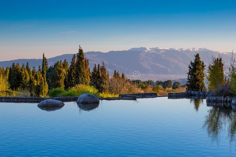 Lago bonito e Mountain View em Sandanski, Bulgária imagens de stock