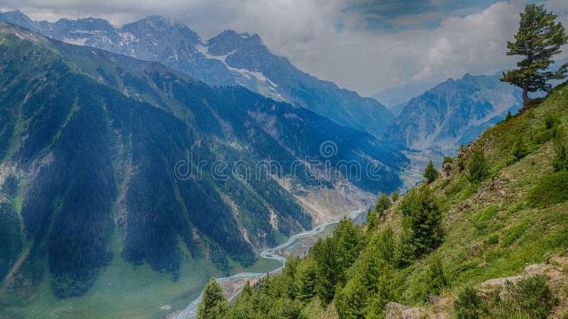 lago bonito entre montanhas fotografia de stock royalty free