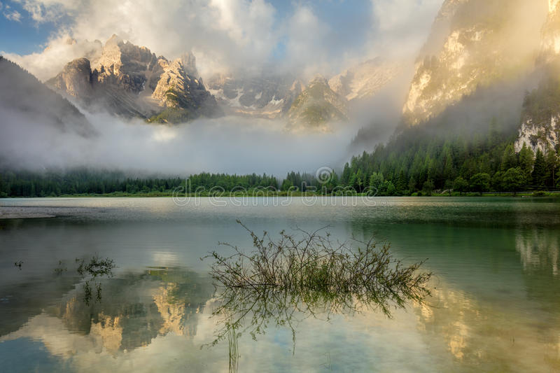 Lago bonito na manhã enevoada, paisagem mountains da natureza imagem de stock