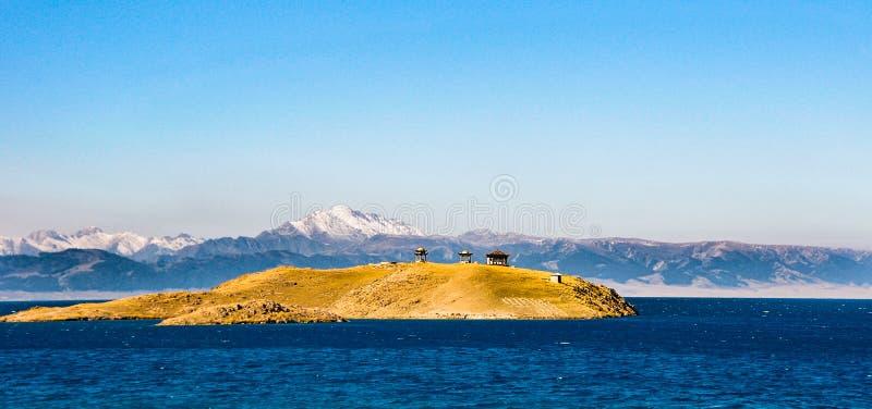 Lago bonito Sailimu em Xinjiang, China imagem de stock royalty free
