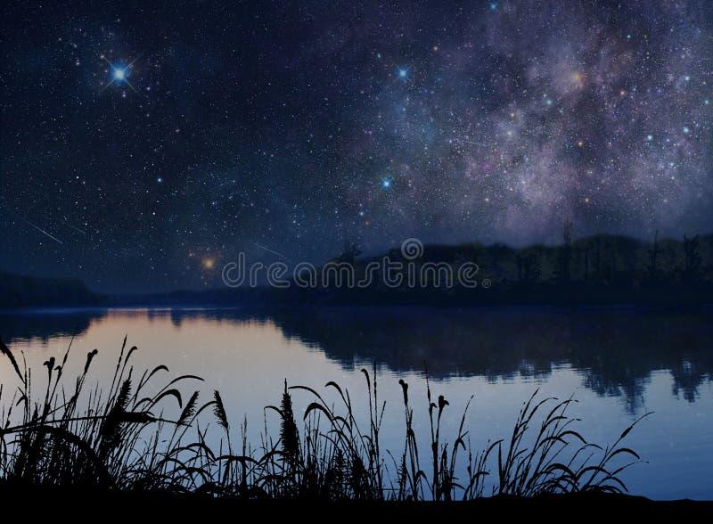 Lago bonito sob as estrelas fotografia de stock