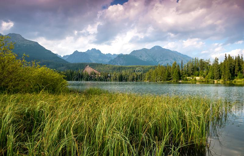 Lago bonito Strbske Pleso da montanha fotos de stock royalty free