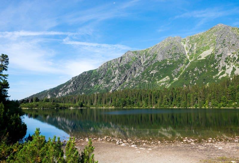 Lago bonito Strbske Pleso em Tatras alto imagens de stock