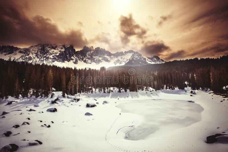 Lago, bosque del abeto y montañas congelados Lago Carezza en el Tyrol del sur en Italia foto de archivo