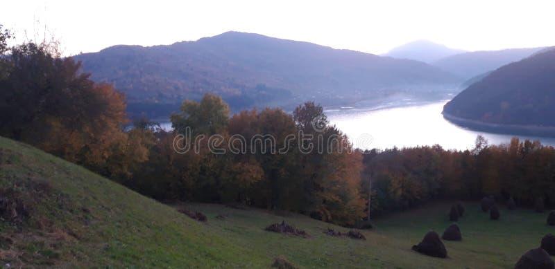 Lago, bosque y montañas imagen de archivo