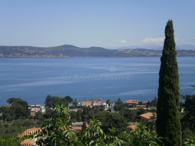 Lago Bracciano em Itália foto de stock