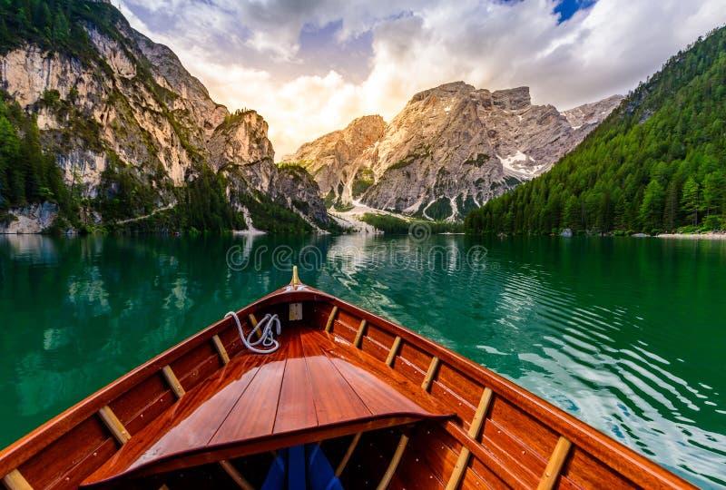 Lago Braies (igualmente conhecido como Pragser Wildsee ou Lago di Braies) em montanhas das dolomites, Sudtirol, It?lia Lugar rom? foto de stock royalty free