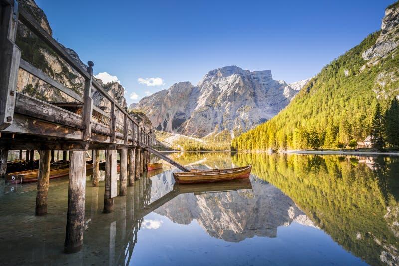 Lago Braies - Lago di Braies Montanhas de Dolomiti, Itália imagem de stock