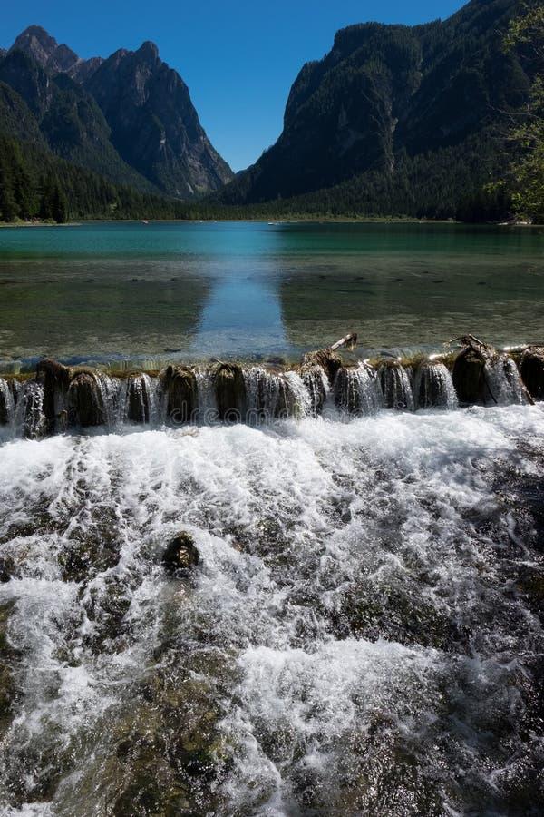 Lago Braies - um paraíso natural nas dolomites de Braies imagens de stock