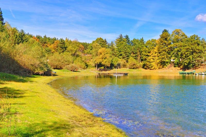 Lago Bulgaria Iskar de la orilla del otoño fotografía de archivo