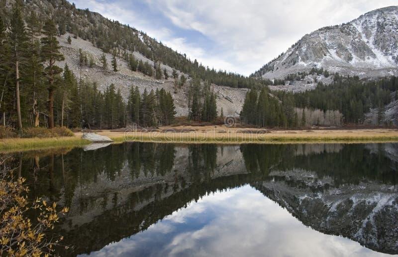 Lago cénico da montanha, serra elevada lago imagem de stock royalty free