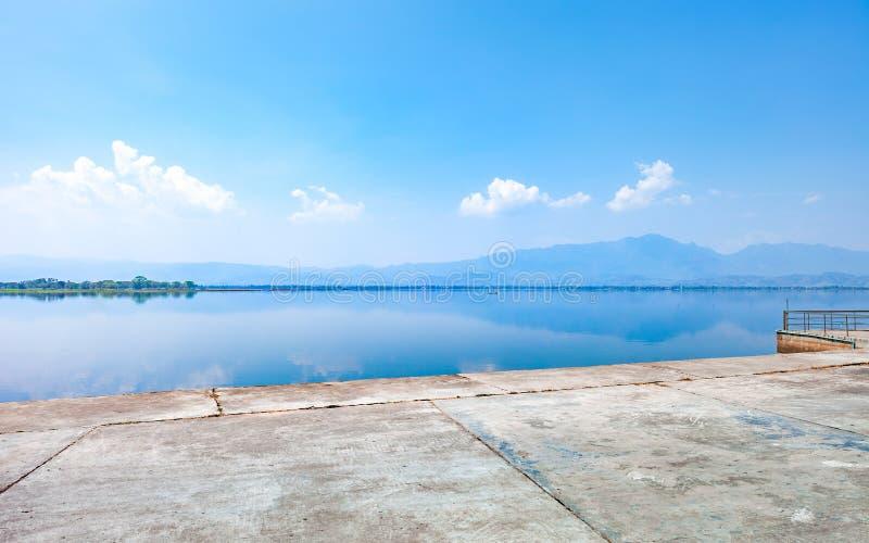 Lago calmness di mattina con la montagna immagine stock libera da diritti