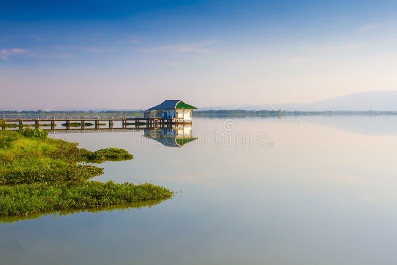 Lago calmness no por do sol imagem de stock royalty free