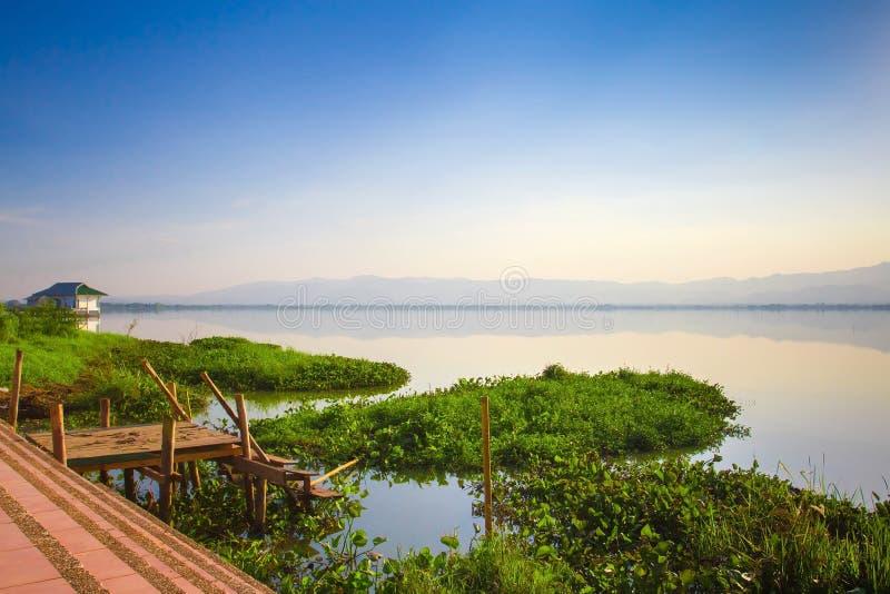 Lago calmness no por do sol fotos de stock