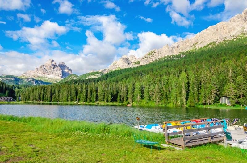Lago calmo com o cais e Tre Cime padal do barco foto de stock royalty free