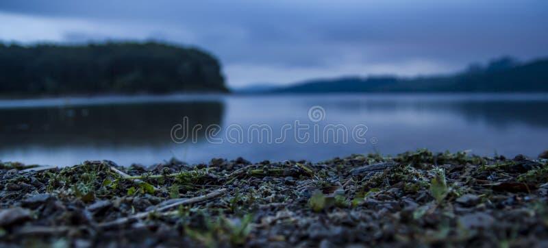 Lago calmo durante horas do amanhecer imagens de stock royalty free