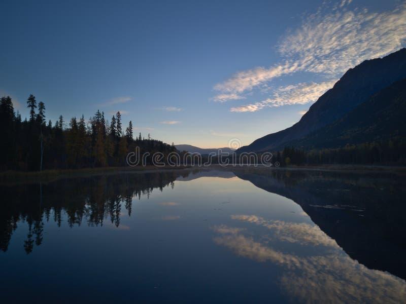 Lago calmo morning foto de stock royalty free