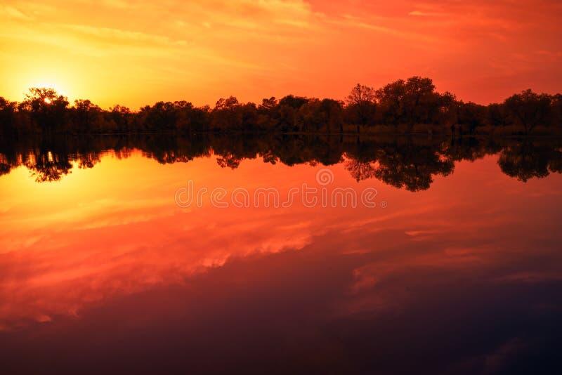 Lago calmo nel tramonto di caduta immagine stock