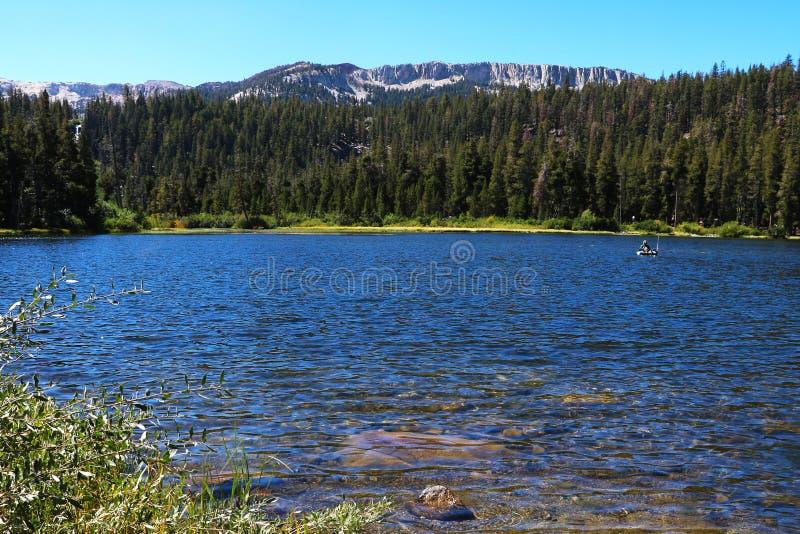 Lago calmo Tioga Il picco mastodontico ed il Nord della cresta di Kuna hanno guardato abbastanza lontano fuori del ghiacciaio del fotografia stock