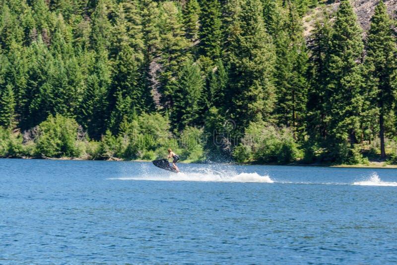Lago Canada otter - 2 luglio 2017: Uomini sul lago mountain dell'acquascooter alla Columbia Britannica Canada di giorno soleggiat immagine stock libera da diritti