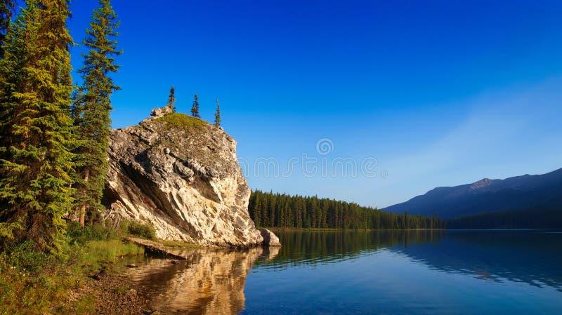 Lago canadense bonito da montanha no crepúsculo fotos de stock