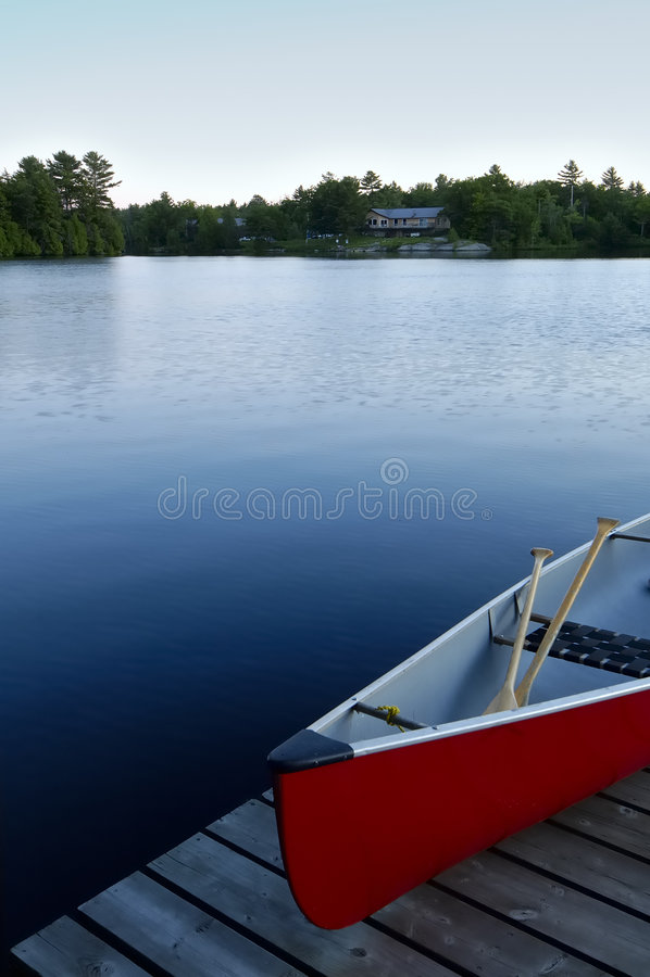 Lago canoe imagenes de archivo