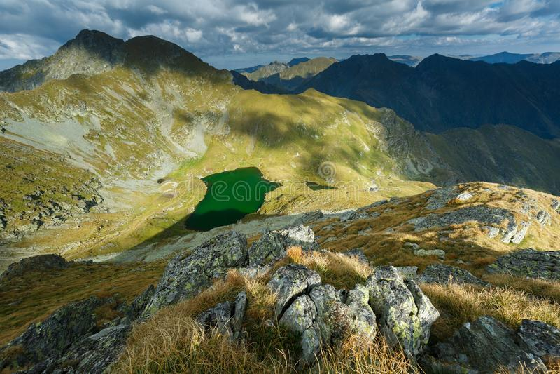 Lago capra e montanhas de Fagaras imagens de stock royalty free
