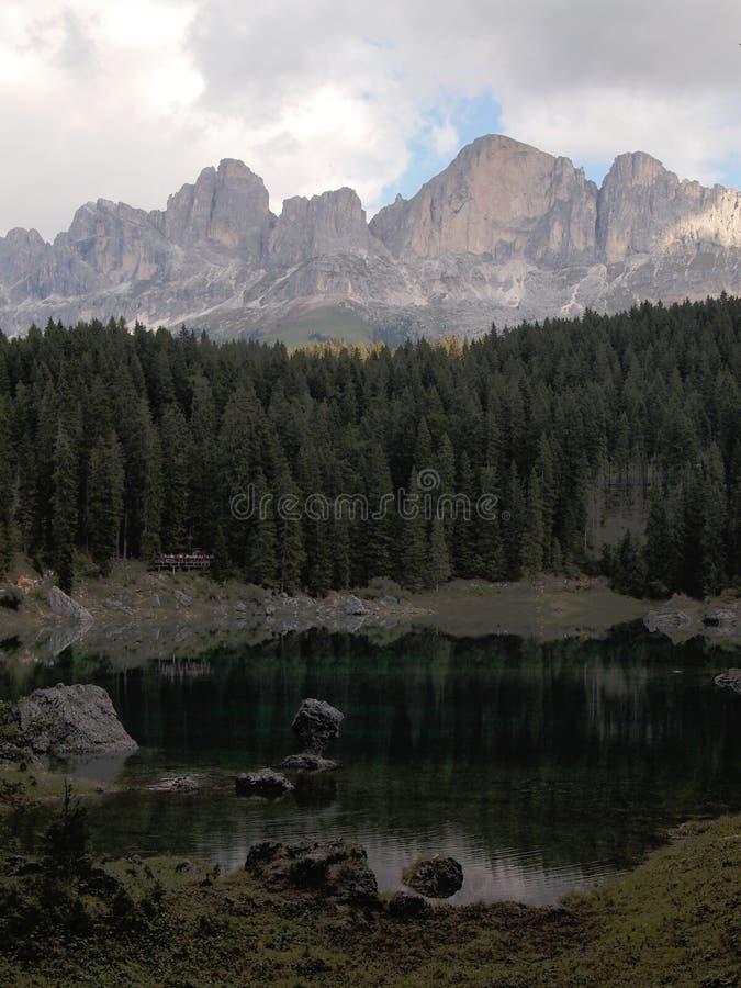 Lago Carezza com montagem Latemar, dolomites Itália fotografia de stock royalty free