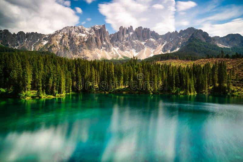 Lago Carezza con Latemar nel fondo immagini stock