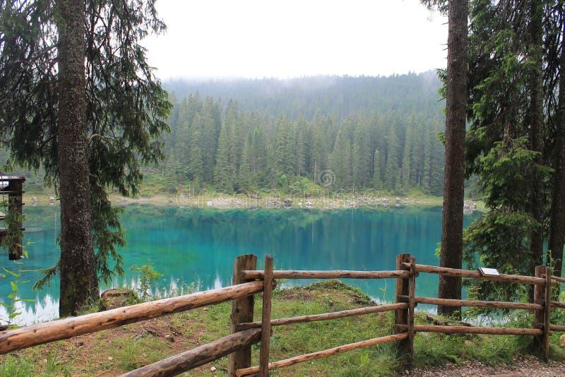 Lago Carezza nos cumes italianos foto de stock