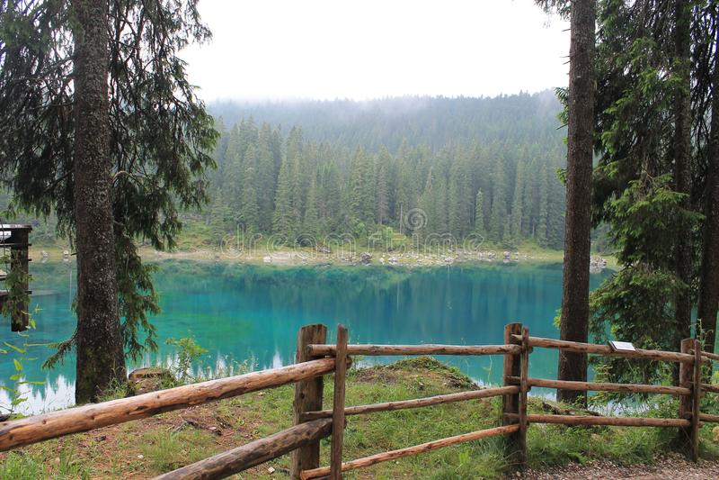 Lago Carezza sulle alpi italiane fotografia stock