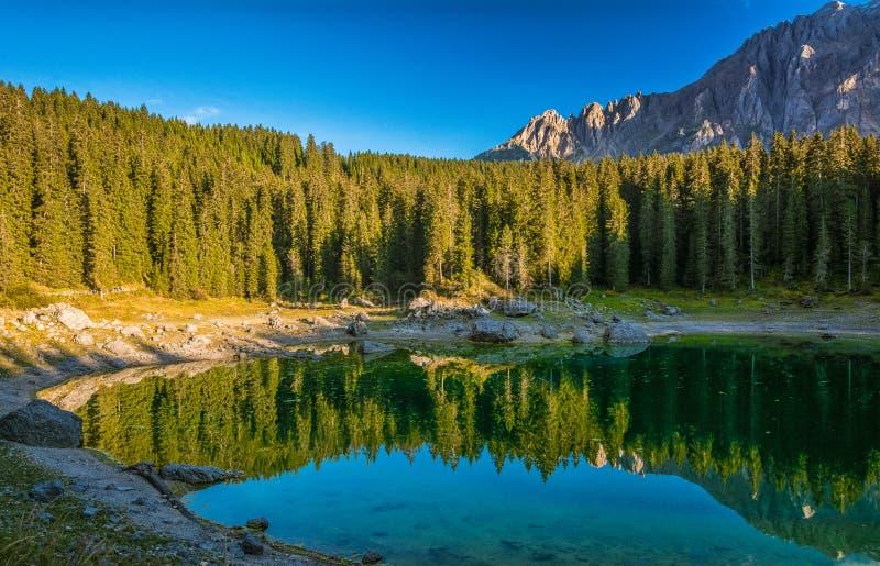 Lago Carezza, Tirolo del sud immagini stock libere da diritti