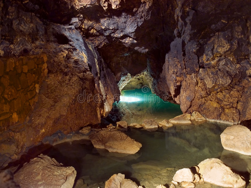 Lago in caverna immagine stock