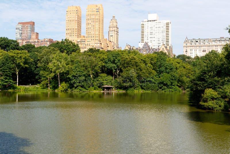 Lago central Park, com prédios de apartamentos, New York City imagens de stock royalty free