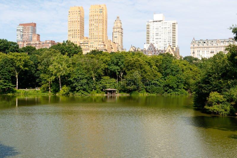Lago central Park e apartamentos superiores do lado oeste imagem de stock royalty free