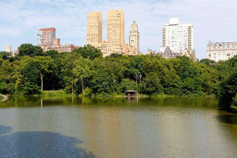Lago central Park e apartamentos superiores do lado oeste imagens de stock royalty free