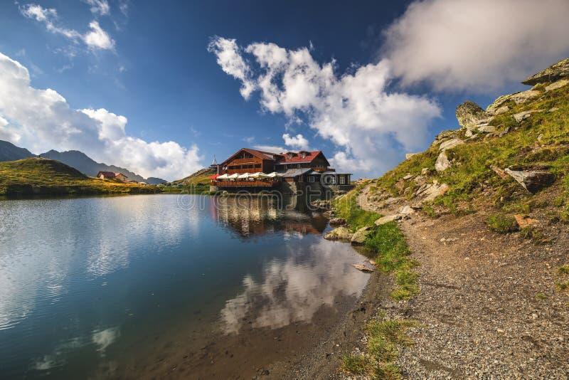 Lago cerca del camino de Transfagarasan, visión panorámica del glaciar de Balea fotografía de archivo